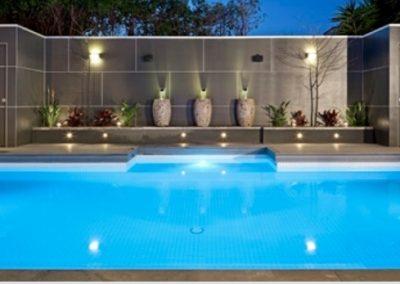 illuminazione esterna che fa da cornice a piscina